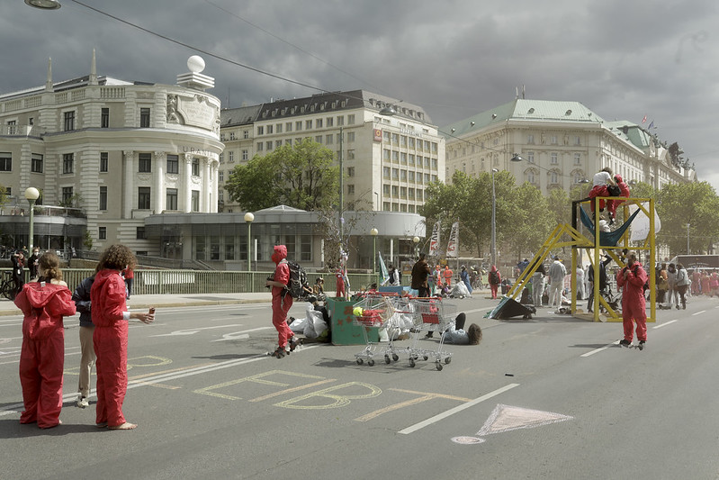 Activists having occupied Aspern Bridge are creating stuctures, setting up places to sit and enjoying themselves.
